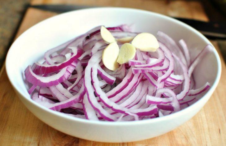 Маринованный лук для салата в уксусе быстрый