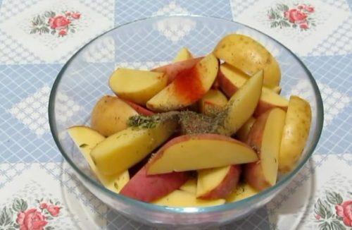 Добавьте специи к картошке по-деревенски