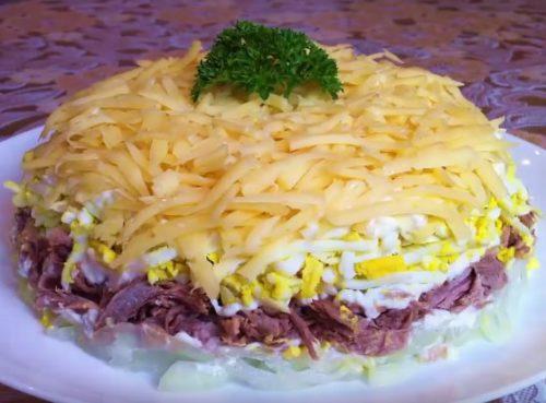 Слоеный салат на новый год с мясом
