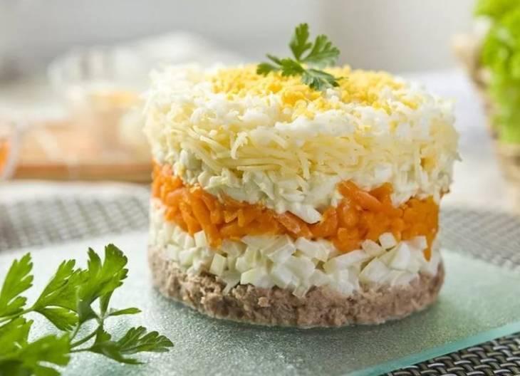 Салат мимоза с колбасой