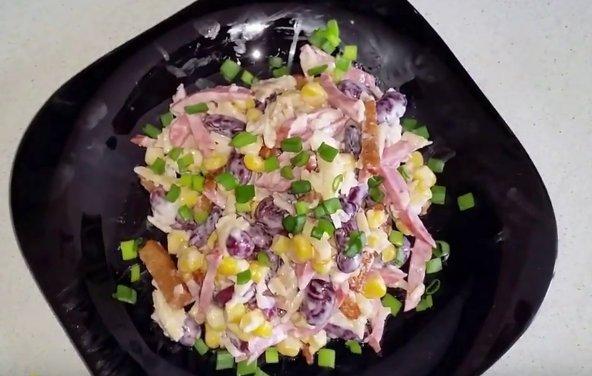 Салат с фасолью, сухариками, кукурузой и колбасой