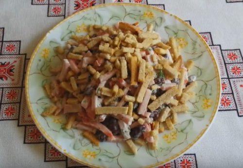 Салат с фасолью с ветчиной и сухариками