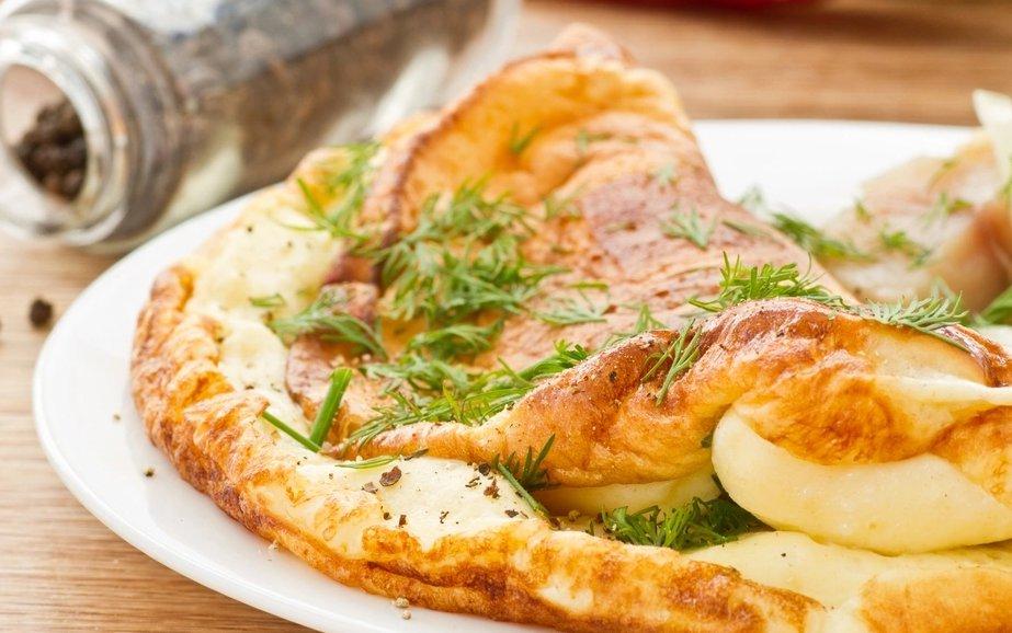 Рецепт пышного омлета на сковороде с сыром