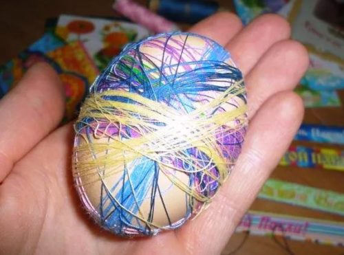 Покрасить яйца луковой шелухой