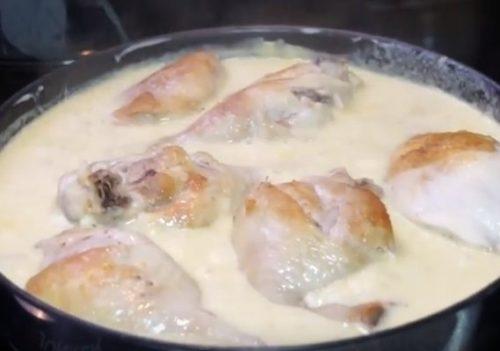 Курица тушеная в сметанном соусе