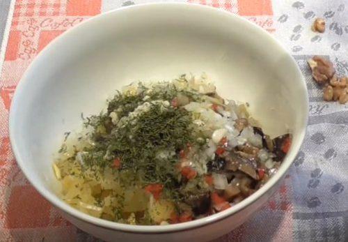 Картофельный салат с грибами, чесноком и грецкими орехами