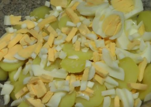 Картофельный салат с вяленой ветчиной и яйцами