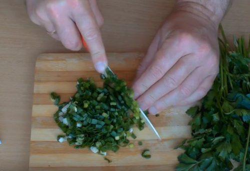 Легкий салат из редиски и зелени со сметаной