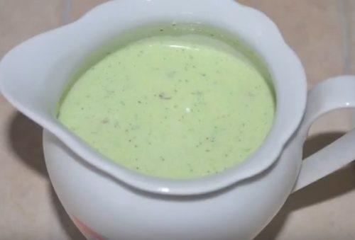 Легкий соус из сметаны со свежим огурцом и зеленью