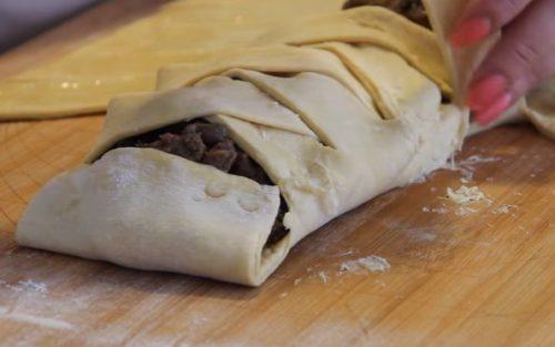 Ленивый пирог из слоеного теста с фаршем, грибами и сыром
