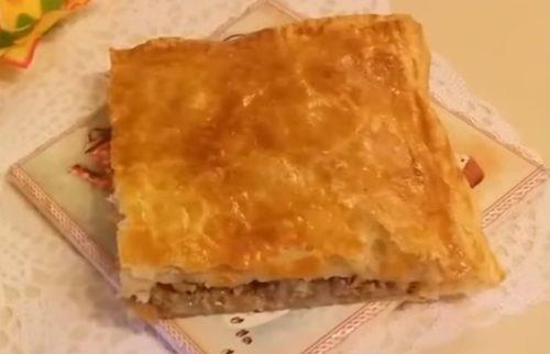 Мясной пирог из слоеного теста с сыром