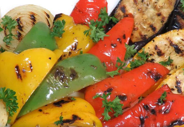 Овощи на гриле на мангале и дома