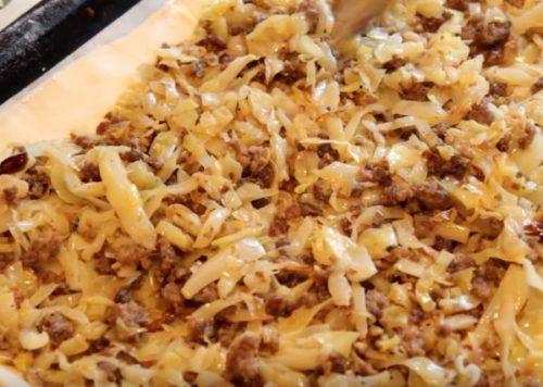 Пирог из слоеного теста с фаршем и капустой
