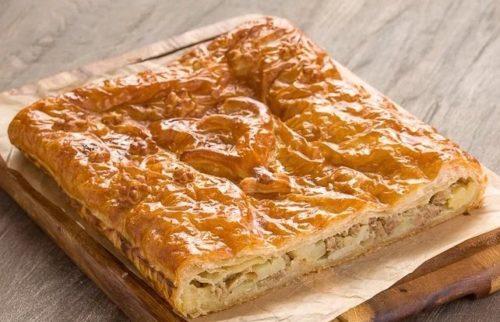Пирог из слоеного теста с фаршем и картошкой
