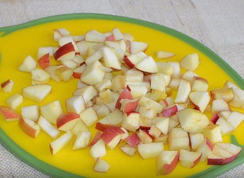 Шоколадная шарлотка с яблоками, сгущенкой и орешками