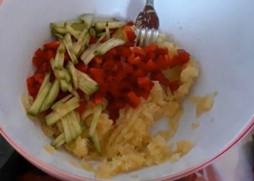 Салат из картофель по-немецки со сладким перцем и огурцом