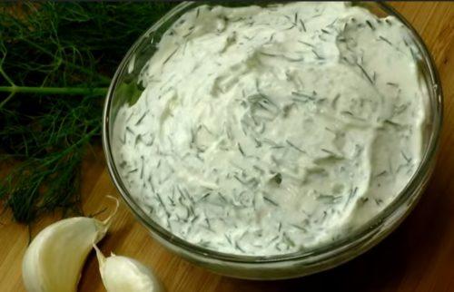 Сметанный соус с чесноком и зеленью