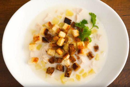 Сырный суп с курицей и чесночными сухариками