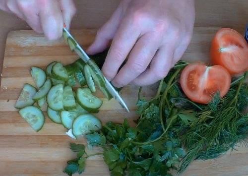 Весенний салат из капусты, огурца и помидора