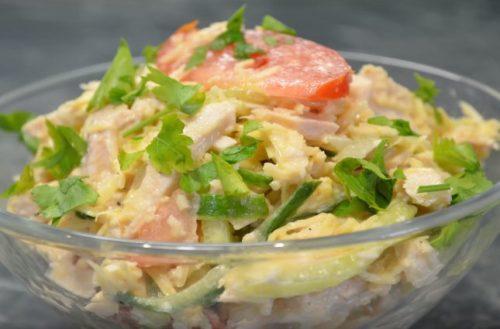 Весенний салат с курицей и свежими овощами