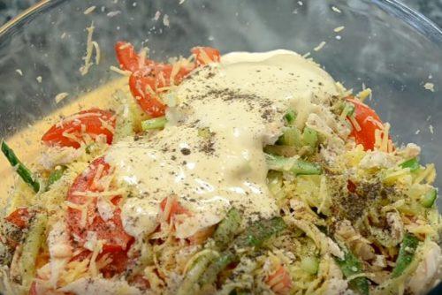 Весенний салат с курицей, свежими овощами и сыром