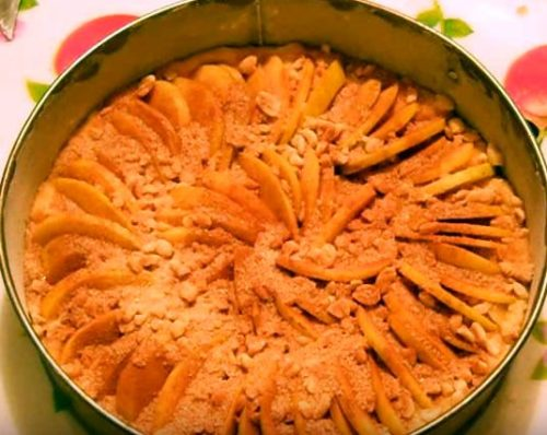 Яблочная шарлотка с добавлением орехов