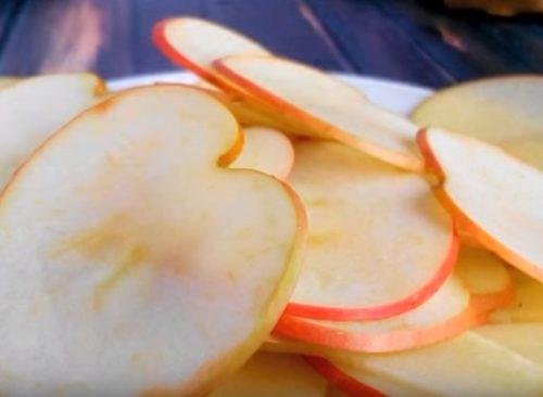 Яблочная шарлотка с лимоном, приготовленная на кефире
