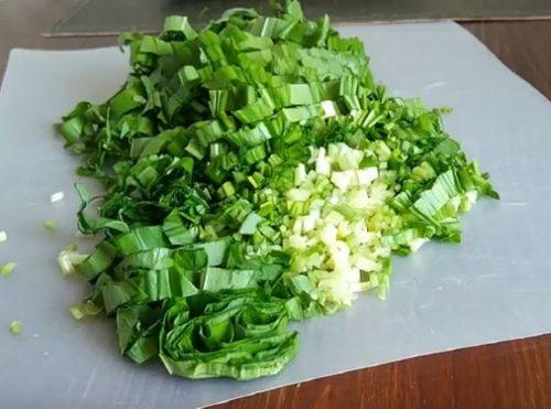 весенний салат с черемшой, яйцом и огурцом