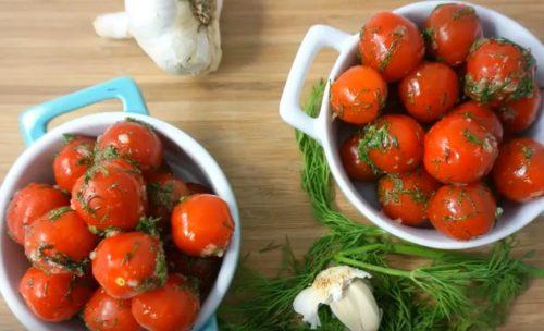Классические малосольные помидоры с чесноком и зеленью