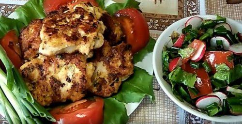 Рубленные куриные котлеты с сыром, зернами горчицы, чесноком и зеленью