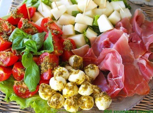 Вкусная, простая итальянская закуска — салат Капрезе. Элементарность ее приготовления удивительным образом контрастирует с потрясающим вкусом. На мой взгляд одно из очень удачных сочетаний продуктов, которые редко так легко найти.