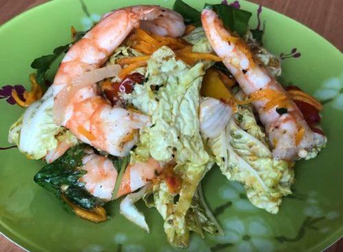 Горячий салат с рукколой и креветками