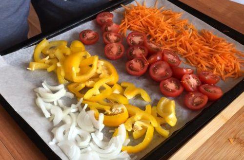Горячий салат с рукколой, овощами и креветками