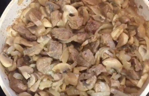 Как приготовить мясо в горшочке с гречкой и грибами в сливочном соусе
