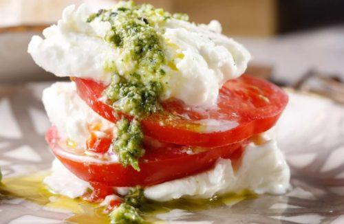 Капрезе с соусом песто — простой и вкусный рецепт