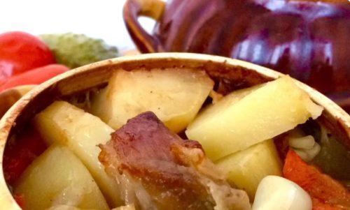 Мясо с картофелем в горшочках — просто и быстро