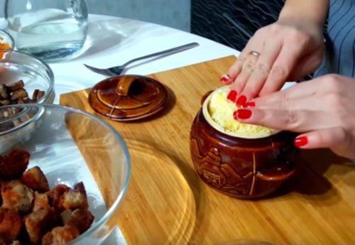 Мясо в горшочках с картошкой, грибами, сыром и помидором