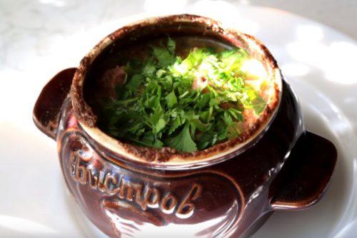 Мясо в горшочках с овощами, фасолью и ореховым соусом