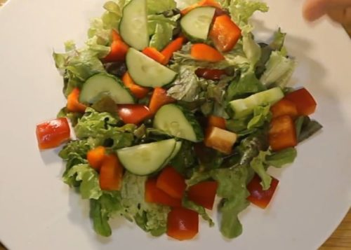 Овощной салат с креветками и болгарским перцем