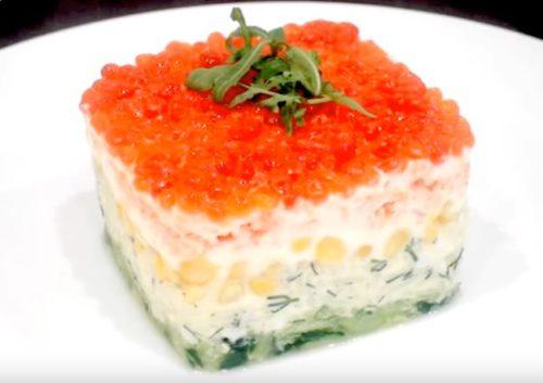 Праздничный слоеный салат с креветками, рисом и икрой