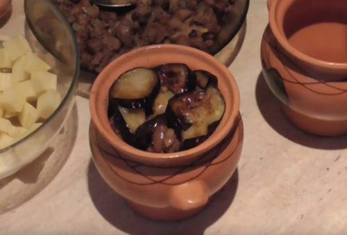Рецепт мяса в горшочках с баклажанами и картофелем