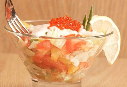 Салат-коктейль с креветками и йогуртным соусом