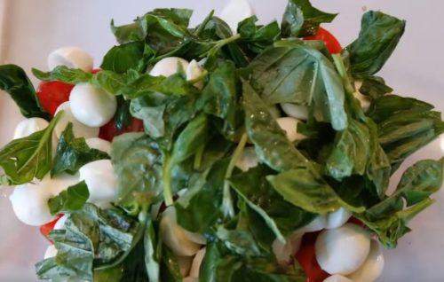 Салат Капрезе с помидорами черри и мини моцареллой