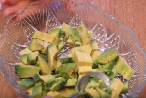 Салат с креветками, авокадо и помидорами черри