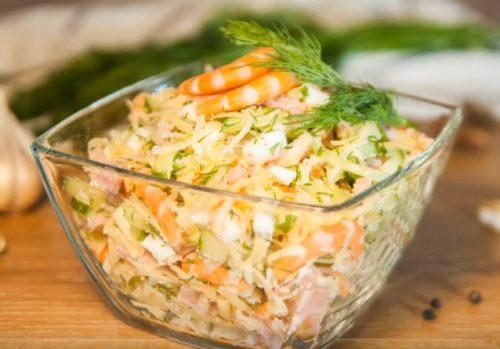 Салат с креветками, сыром и ветчиной