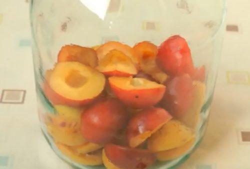 Вкусный компот из слив и абрикосов в банках