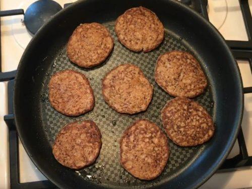 Полезные оладьи из куриной печени и овощей