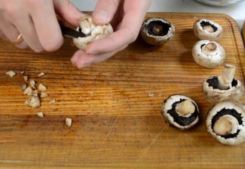 Фаршированные шампиньоны с креветками и сыром