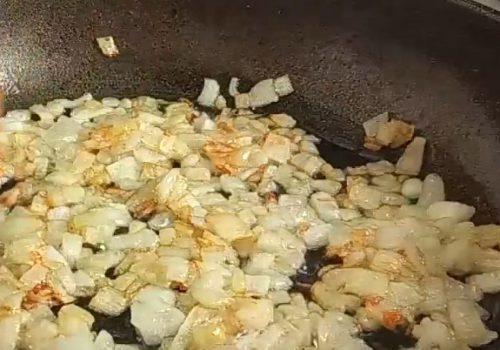 Гречка с курицей и чесноком на сковороде