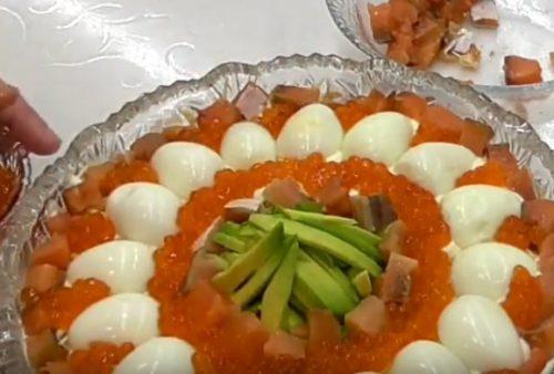 Праздничный салат из авокадо с красной рыбой и крабовыми палочками